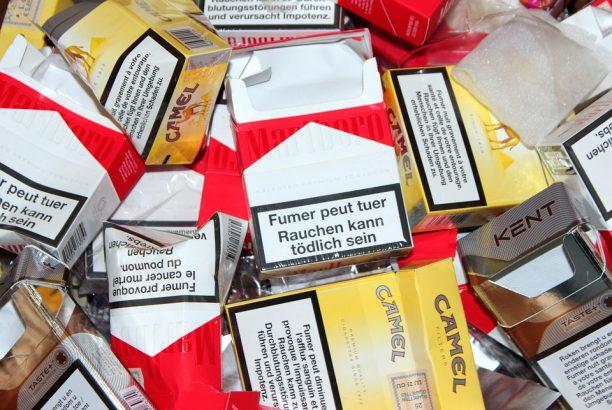 Cesse de fumer le papier peint sur le bureau