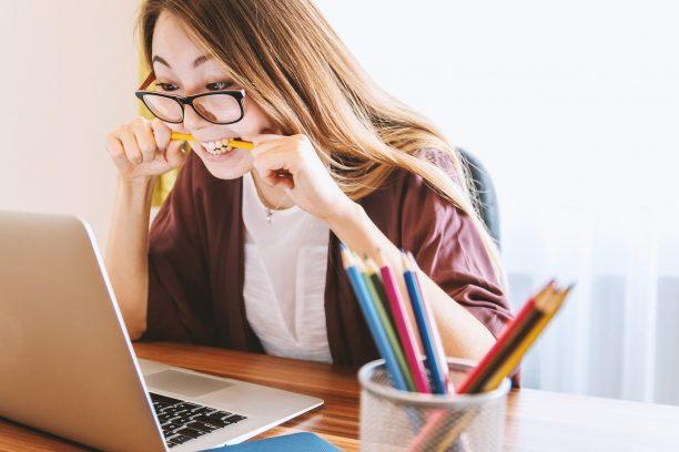Fatigue oculaire, visuelle devant écran ordinateur : symptomes et solutions pour protéger vos yeux